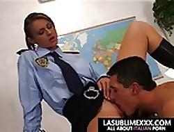 Refrigerate poliziotta si prende il manganello nel culo!